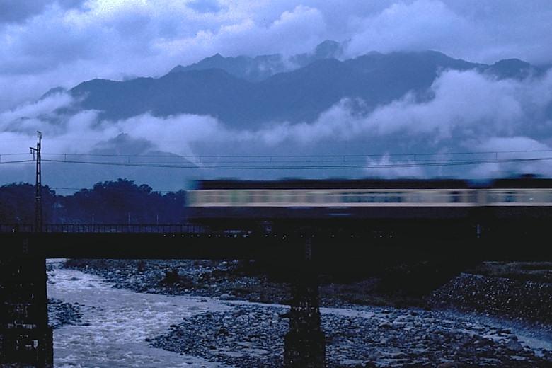 夜明けの鉄橋を渡る旧型国電